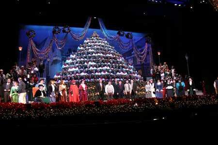 Singing Christmas Tree Portland.The Singing Christmas Tree Performs At Paa Fundraising